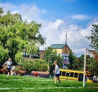 Académie-des-Sacrés-Coeurs-Saint-Bruno-de-Montarville-Étudiants-Jouant-sur-Terrain-Soccer