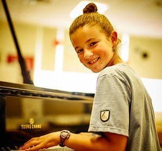 Académie-des-Sacrés-Coeurs-Saint-Bruno-de-Montarville-Étudiante-Jouant-Piano