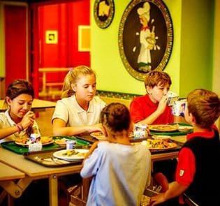 Académie-des-Sacrés-Coeurs-Saint-Bruno-de-Montarville-Étudiants-Mangeant-Cafétéria