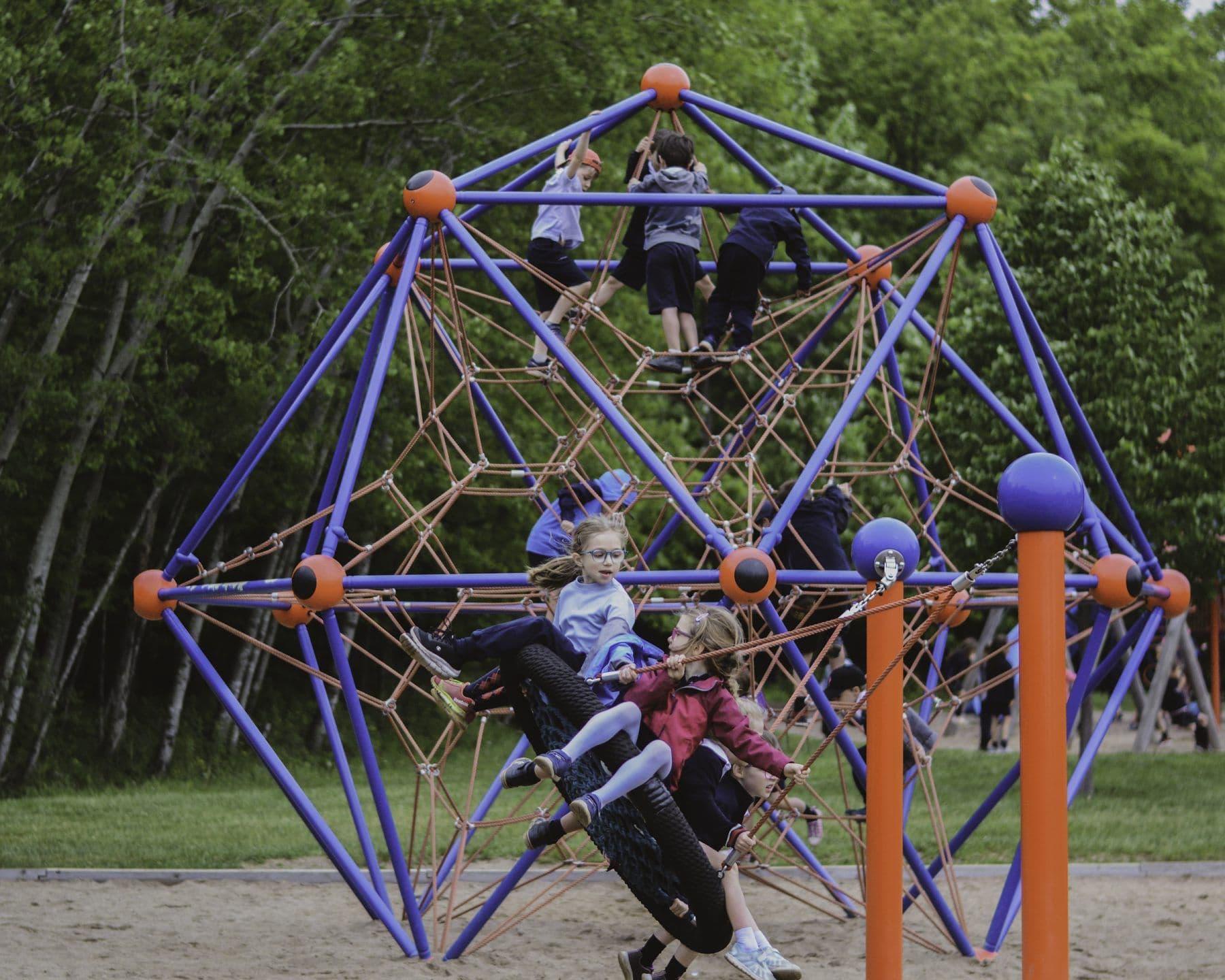 Académie-des-Sacrés-Coeurs-Saint-Bruno-de-Montarville-Enfants-Jouant-Modules-de-Jeux-Extérieurs